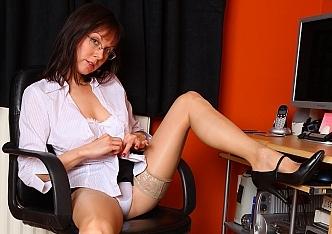 Babe Cindy tease mature panty